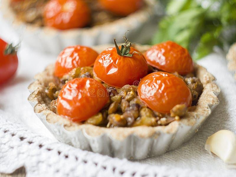 Tartas con las lentejas y los tomates de cereza fotos de archivo