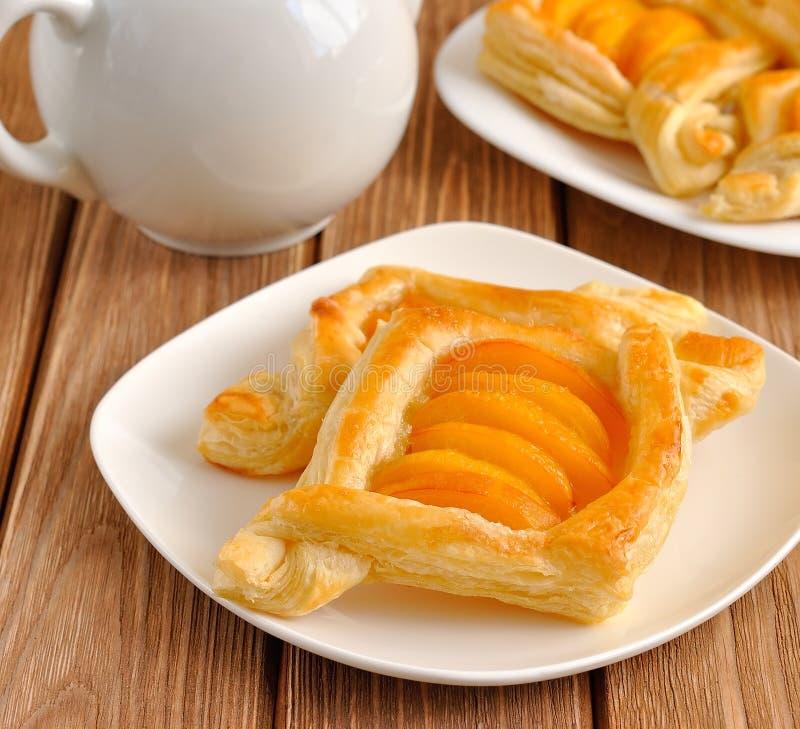 Tartas de los pasteles de soplo con los albaricoques fotos de archivo libres de regalías