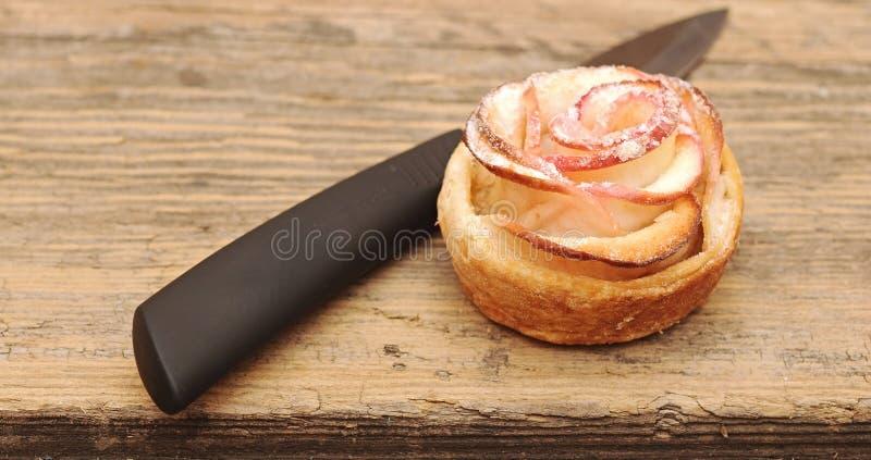 Tartas de manzanas con el cuchillo foto de archivo libre de regalías