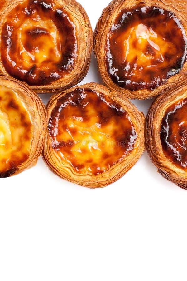 Tartas del huevo aisladas en el fondo blanco Montón del portugue típico fotografía de archivo