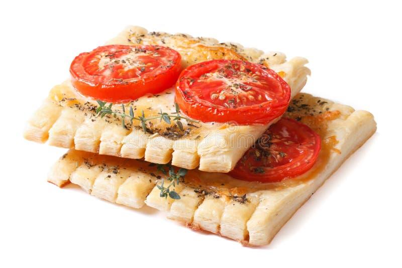Tartas del soplo con el tomate, el queso y el tomillo aislados fotografía de archivo libre de regalías