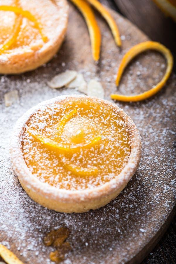 Tartas hechas en casa zesty anaranjadas imágenes de archivo libres de regalías