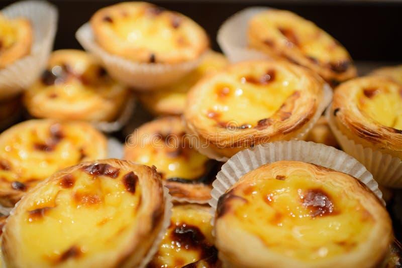 Tartas portuguesas del huevo El postre portugués tradicional llamó de en colores pastel nata o a pasteis de nata fotografía de archivo libre de regalías