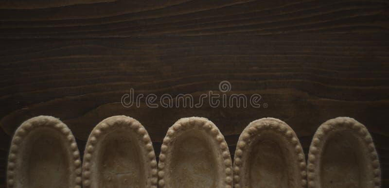 Tartas vacías sin el ingrediente en el fondo, la panadería marrón y el pan de madera preparando la foto imágenes de archivo libres de regalías