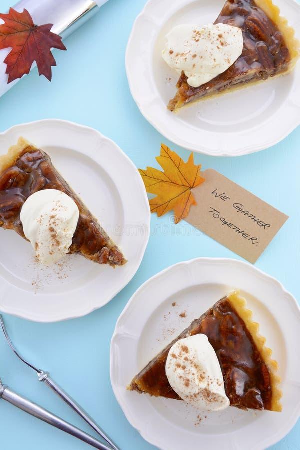 Tarte aux noix de pécan traditionnelle de thanksgiving sur Pale Blue Wood image libre de droits