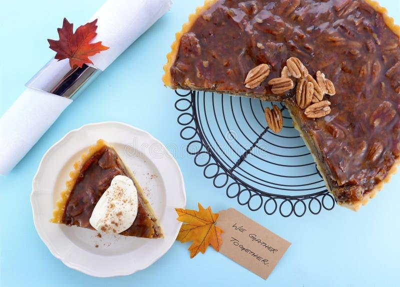 Tarte aux noix de pécan traditionnelle de thanksgiving sur Pale Blue Wood photos stock
