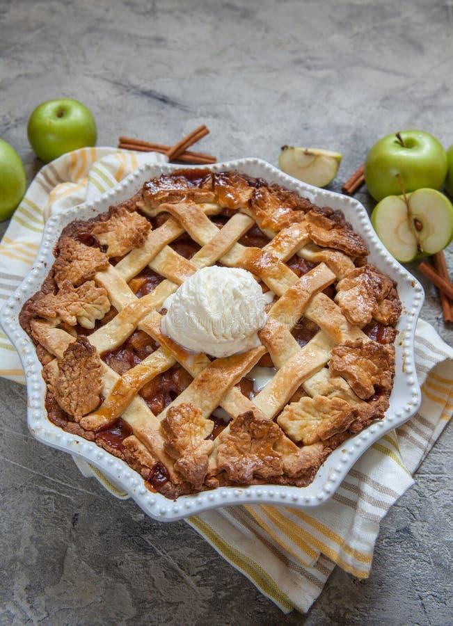 Tarte aux pommes américaine traditionnelle images stock