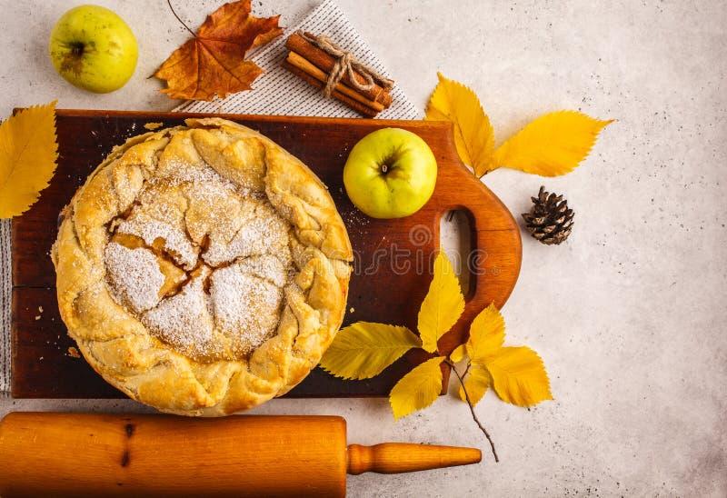 Tarte aux pommes américaine traditionnelle sur un conseil en bois, vue supérieure photo stock