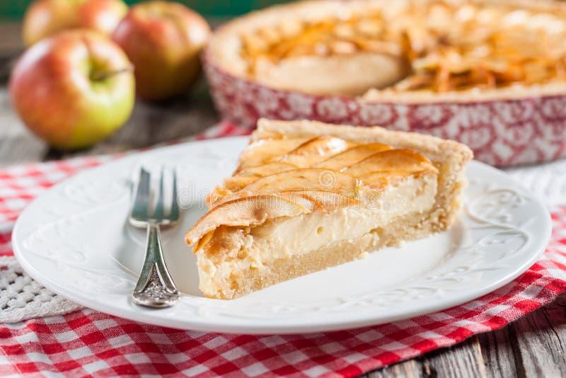 Tarte aux pommes avec le fromage blanc image stock