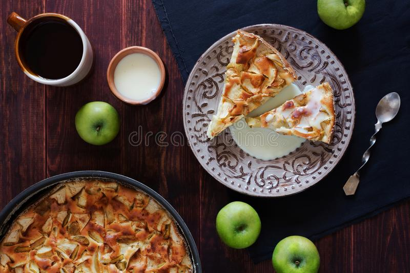 Tarte aux pommes Charlotte avec du lait condensé et des pommes image stock