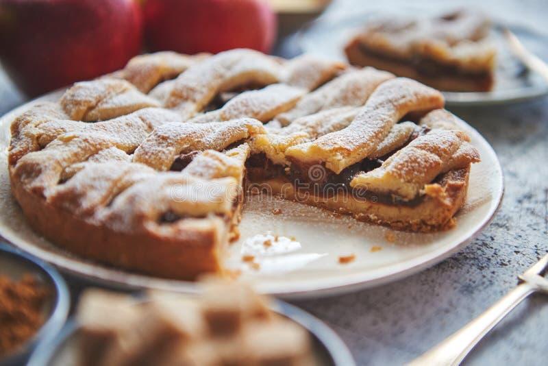 Tarte aux pommes cuite au four fraîche avec la tranche cutted du petit plat photographie stock libre de droits
