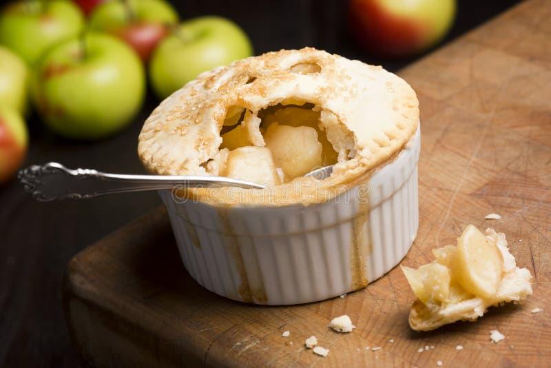 Tarte aux pommes cuite au four par personne avec la cuillère photo stock