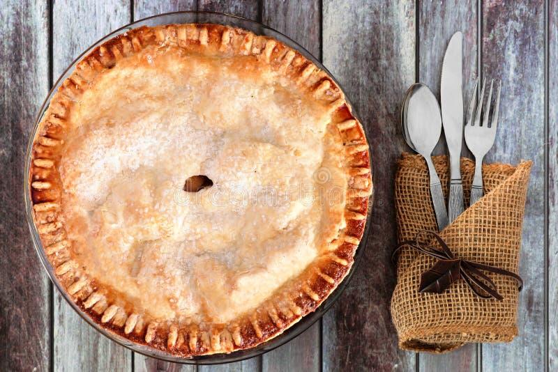 Tarte aux pommes d'automne, arrangement aérien de table sur le fond en bois rustique photos stock