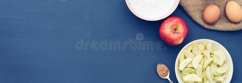 Tarte aux pommes d'ingrédients de cuisson Copiez l'espace Vue supérieure Configuration plate photo libre de droits