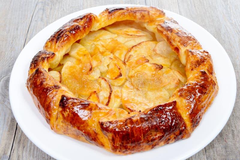 Tarte aux pommes du plat blanc sur une table photo libre de droits