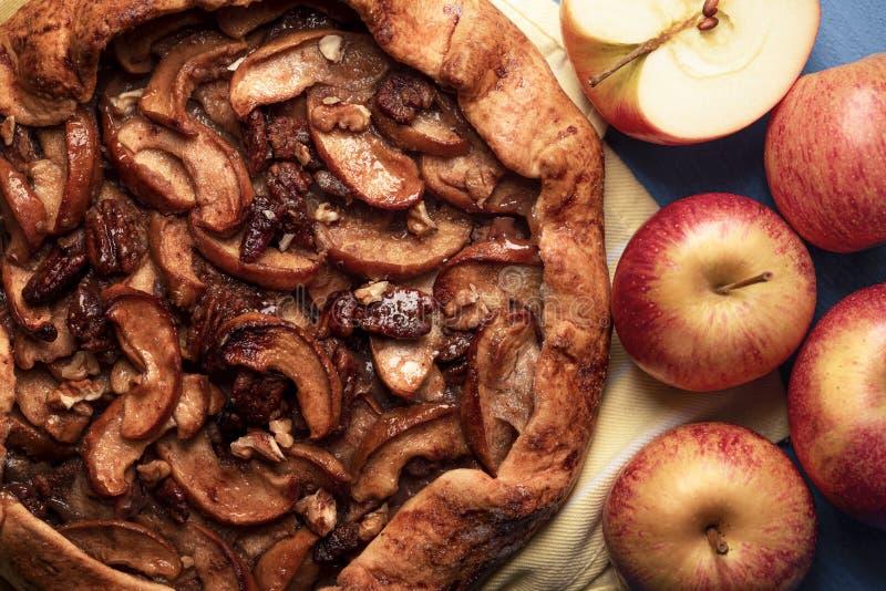 Tarte aux pommes faite maison avec des noix de pécan Dessert d'automne avec une croûte délicieuse image stock