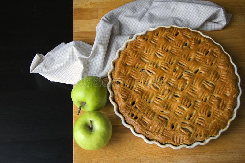 Tarte aux pommes faite maison fraîchement cuite au four, une paire de pommes vertes photo libre de droits