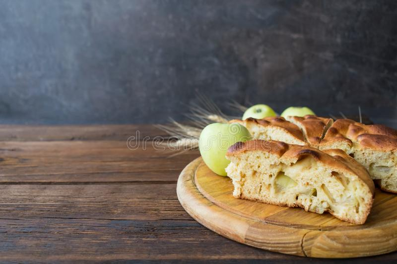 Tarte aux pommes faite maison ronde, cordonnier, Betty brune, Apple Charlotte photo libre de droits