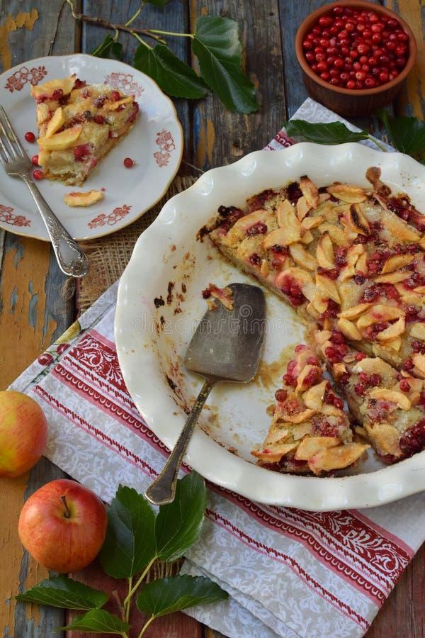 Tarte aux pommes organique faite maison avec l'airelle rouge sur le fond en bois Dessert de fruit tout préparé photographie stock libre de droits