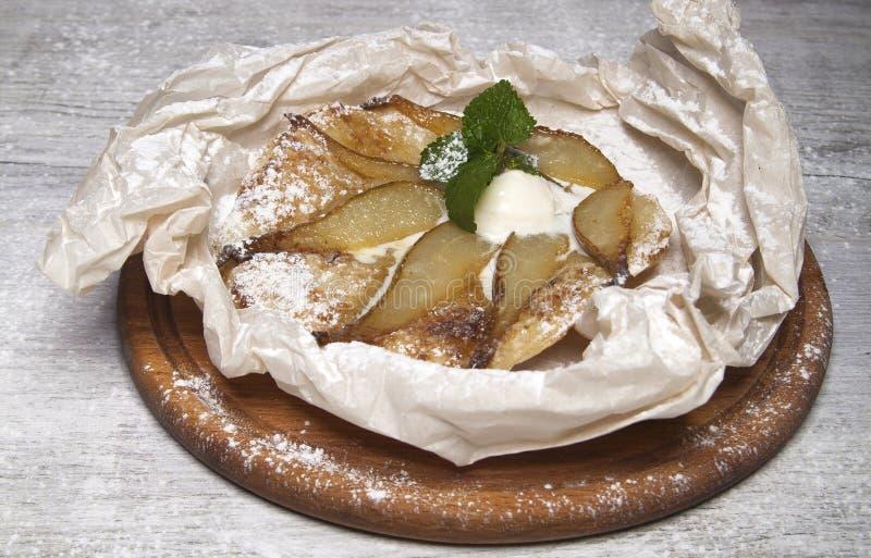 Tarte avec la crème glacée de poire, de cannelle et  photographie stock