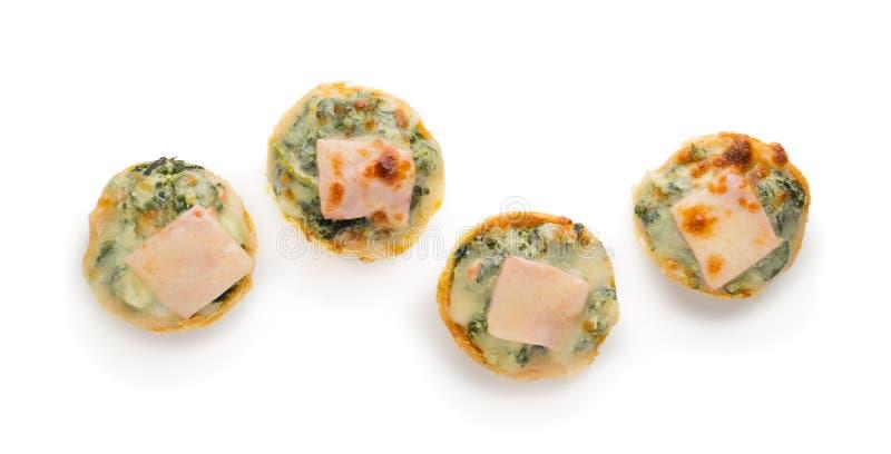 Tarte avec les épinards, le fromage et l'oeuf d'isolement sur le fond blanc image libre de droits