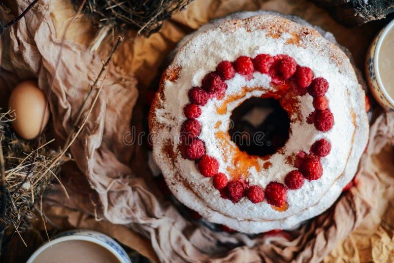 Tarte avec les fraises et la crème fouettée décorées de la prairie en bon état image stock
