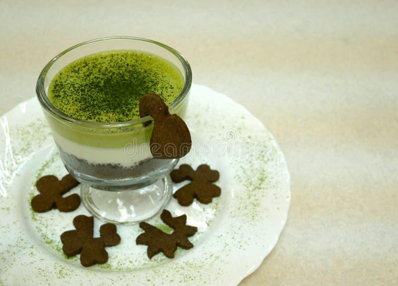Tarte blanc de mousse de chocolat de thé vert image stock