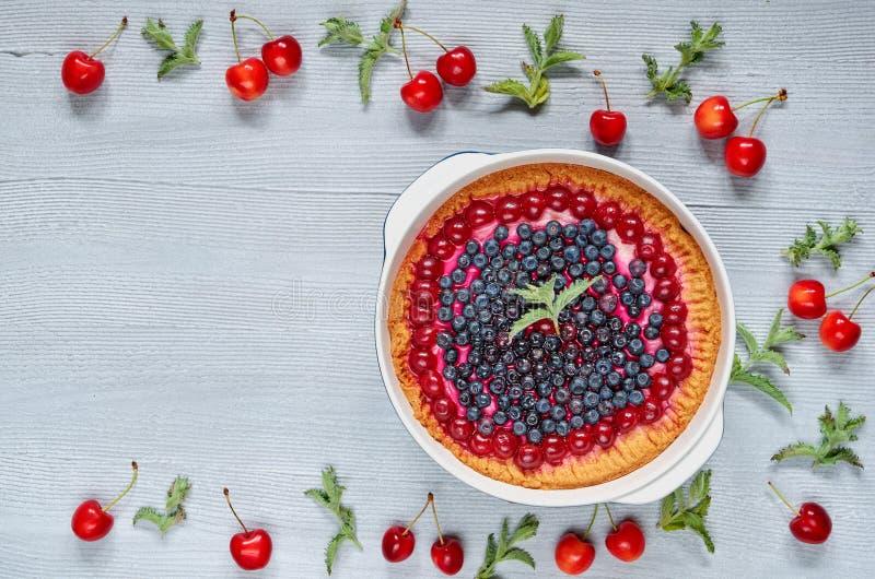 Tarte bluberry délicieux dans le plat de cuisson sur le fond gris de cuisine avec l'espace de copie pour le texte Gâteau au froma photo stock