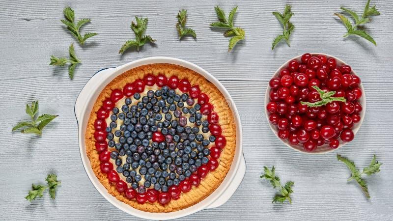 Tarte bluberry délicieux dans le plat de cuisson sur le fond gris de cuisine Gâteau au fromage fait maison avec les baies fraîche image stock