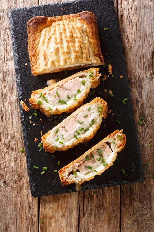 Tarte coupé en tranches de pâte feuilletée bourré du plan rapproché de saumons et de fromage Vue supérieure verticale photographie stock