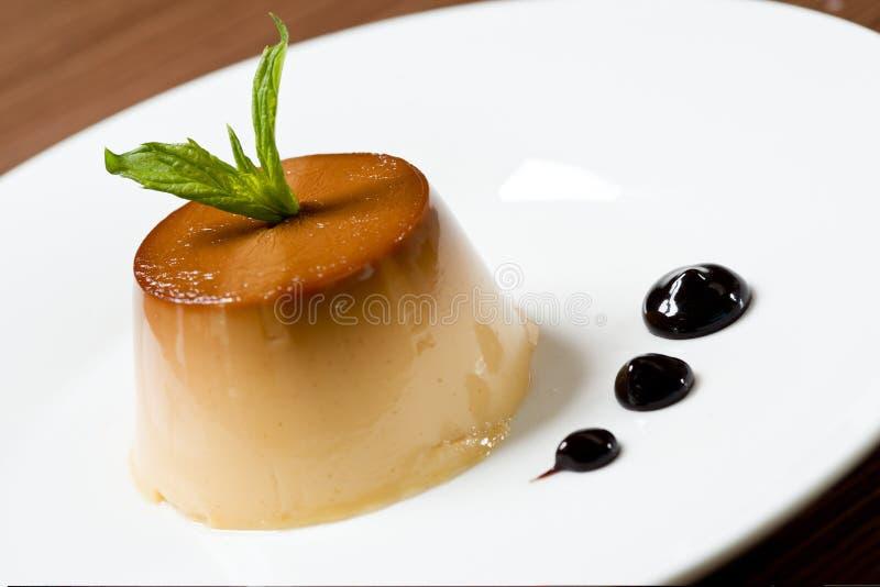 Tarte crème avec le dessert de caramel images stock