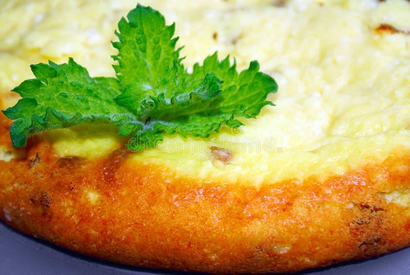 Tarte cuit au four savoureux avec du fromage et la menthe photo stock