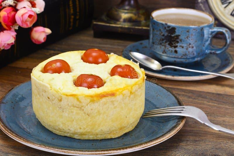 Tarte cuit au four savoureux avec le Ricotta et le Cherry Tomatoes photographie stock libre de droits