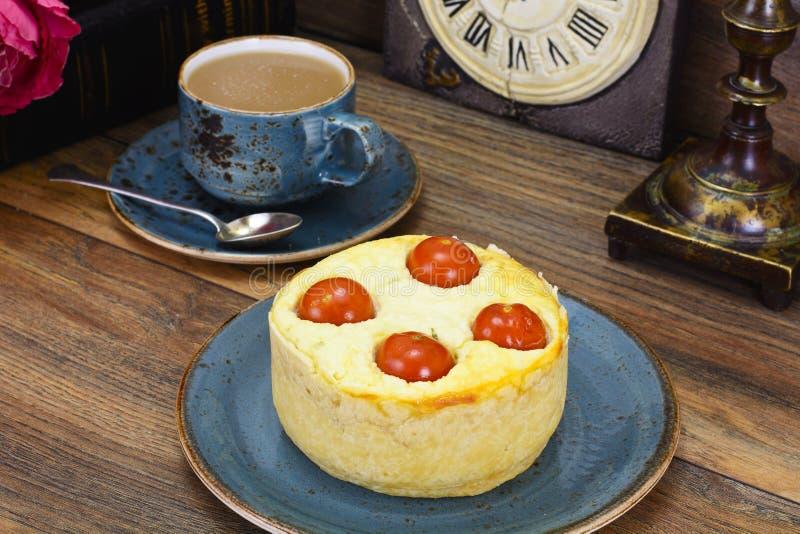 Tarte cuit au four savoureux avec le Ricotta et le Cherry Tomatoes photo stock