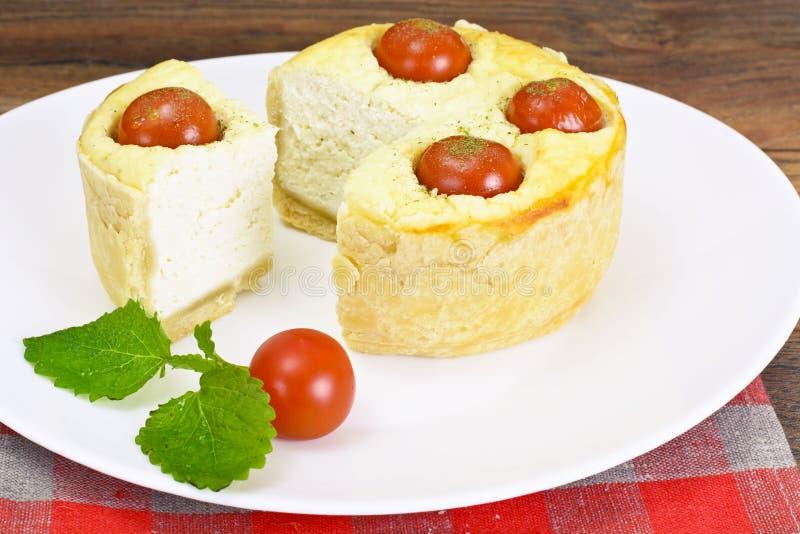 Tarte cuit au four savoureux avec le Ricotta et le Cherry Tomatoes photos stock