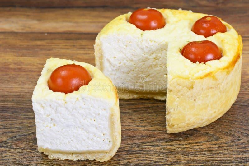 Tarte cuit au four savoureux avec le Ricotta et le Cherry Tomatoes photo libre de droits