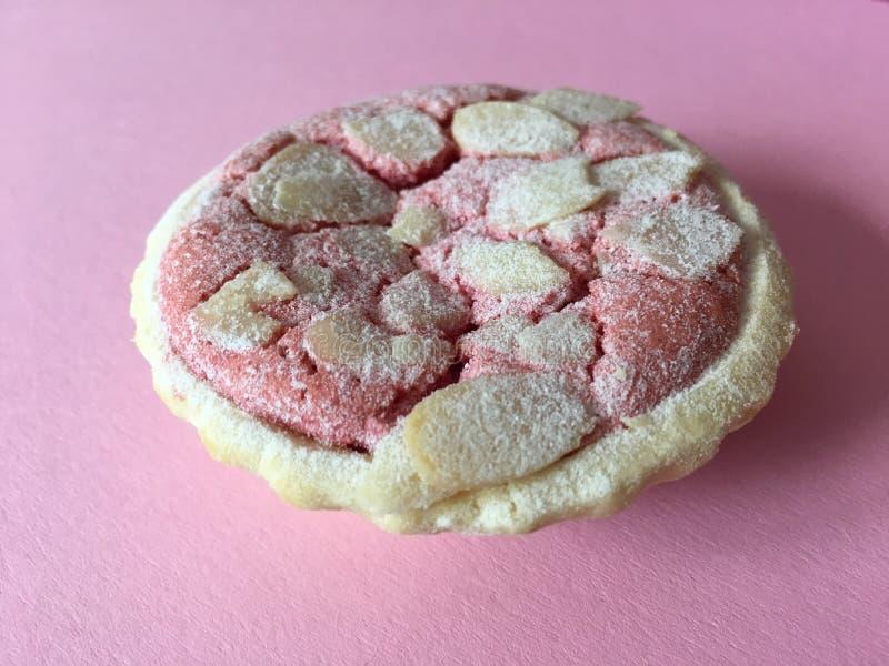 Tarte délicieuse de macaron de framboise, complétée avec des amandes photos stock