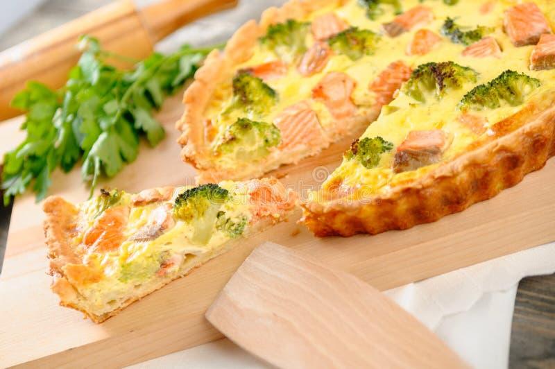 Tarte délicieux avec les saumons et le brocoli photographie stock libre de droits