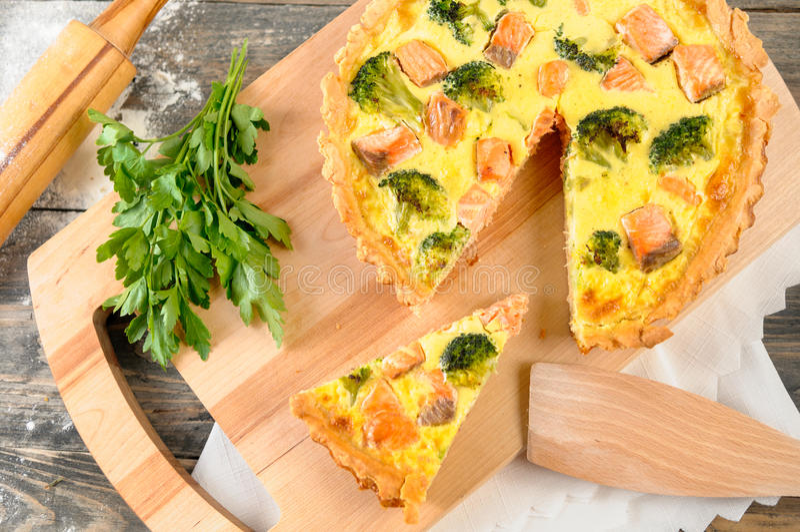 Tarte délicieux avec les saumons et le brocoli image stock