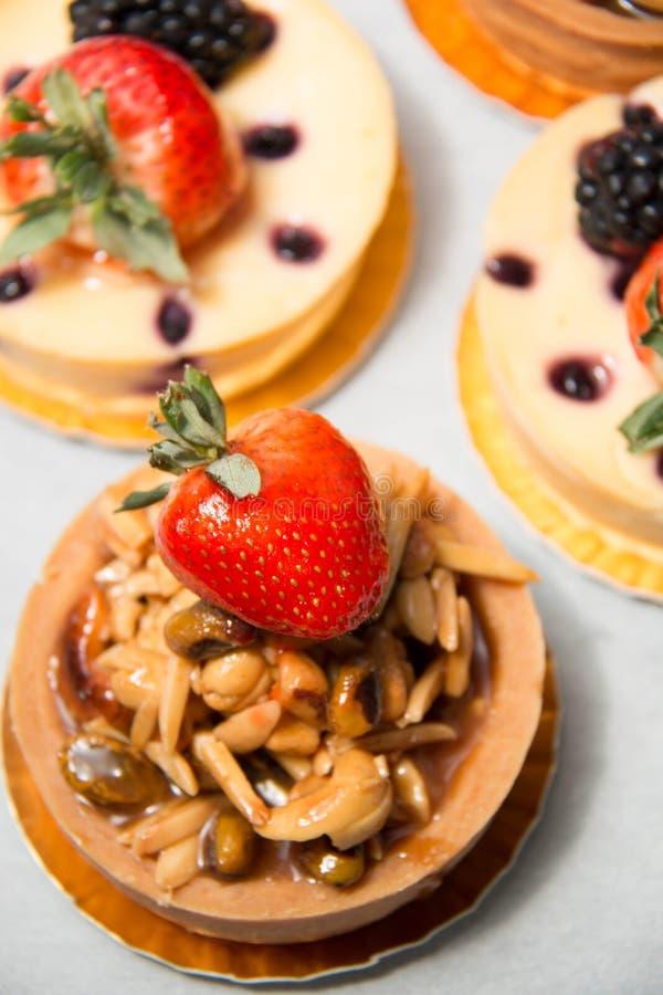 Tarte d'écrou d'amande sur le fromage frais supérieur de fraise et de myrtille photo stock