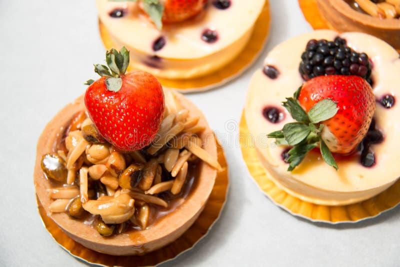 Tarte d'écrou d'amande sur le fromage frais supérieur de fraise et de myrtille photos stock