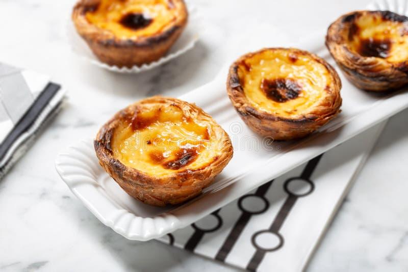 Tarte d'oeufs sur le plateau, dessert portugais traditionnel, le Pastel de nata, tartes de crème anglaise image stock