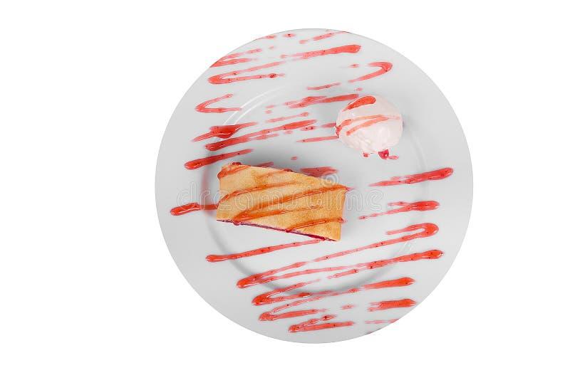 Tarte de baie avec le blanc d'isolement de crème glacée  photographie stock libre de droits