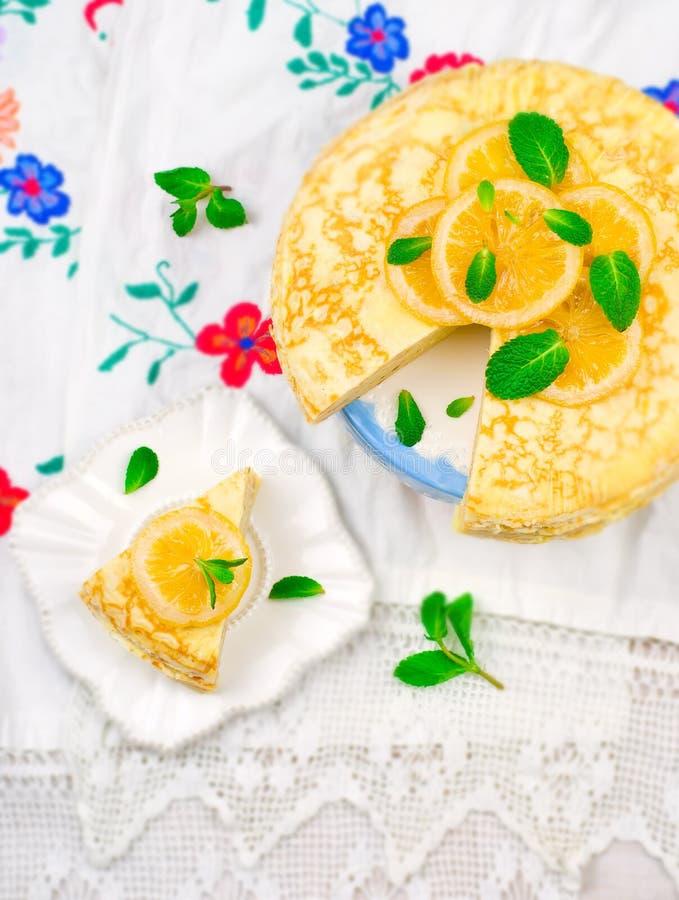 Tarte de Blinis avec le lait caillé de citron photo stock