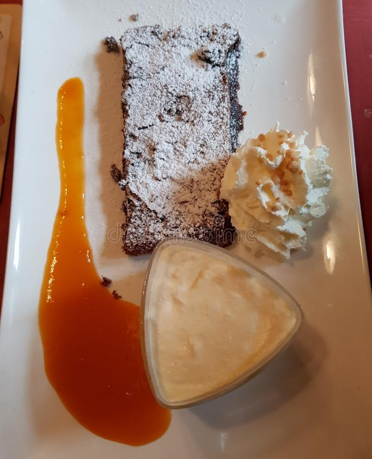Tarte de chocolat avec de la crème d'abricot et le parfait à vanille photo stock