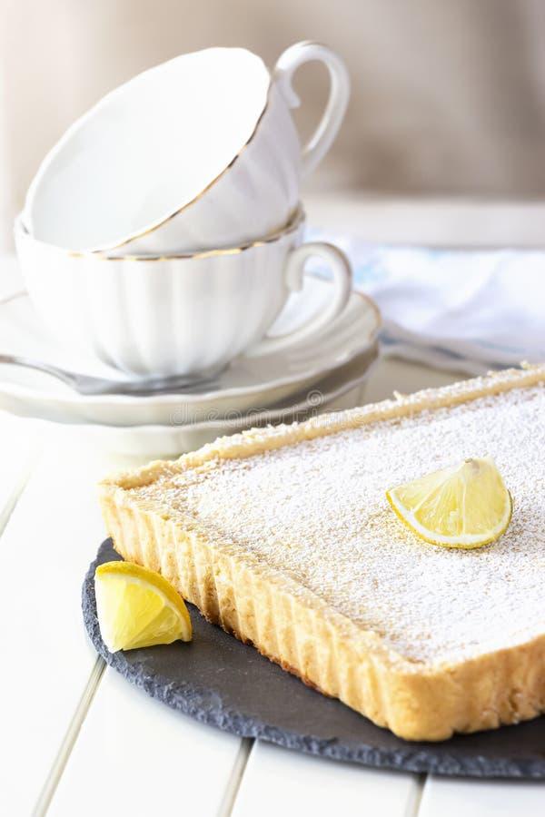 Tarte de citron de mélangeur de l'Arizona Tarte crémeuse de citron Fond en bois blanc Foyer s?lectif photos stock