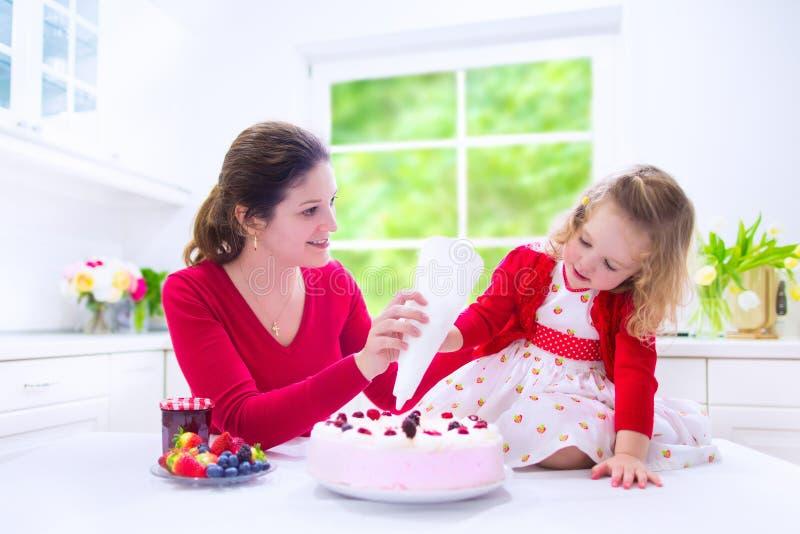 Tarte de fraise de cuisson de mère et de fille photo libre de droits