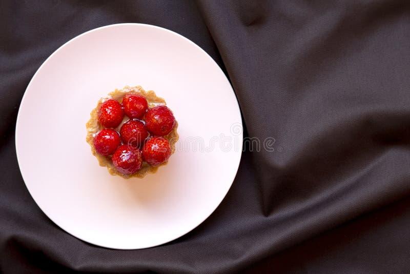 Tarte de fraise de plat rose, dessert de fruit frais, vue supérieure D'en haut image libre de droits
