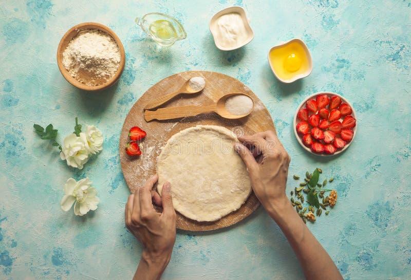Tarte de fraise sur la pâte mince Gâteau fait maison La vue à partir du dessus photos stock