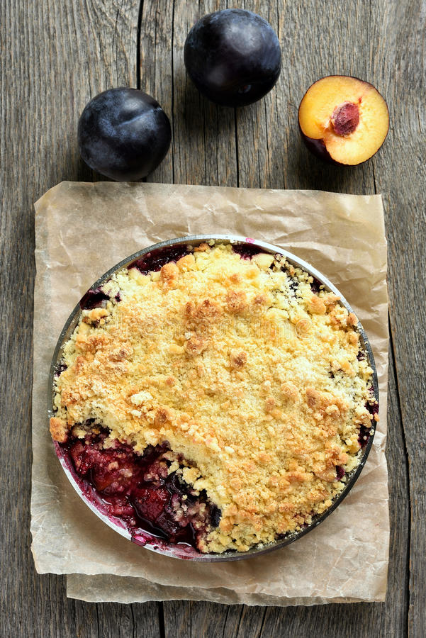 Tarte de fruit avec des prunes photos stock